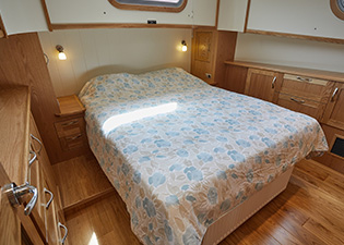 Master Bedroom 57N Nivernais Class Dutch Barge