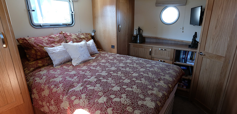 Master bedroom 65L Luxemotor Class Dutch Barge